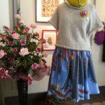 羊毛ベレー帽とニットとスカート